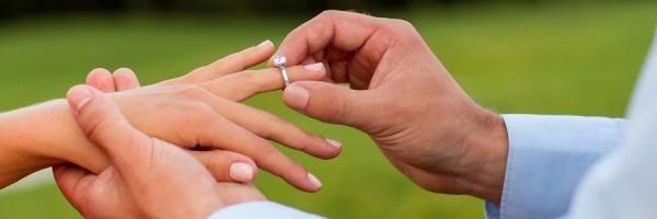 Jak nosić pierścionek zaręczynowy